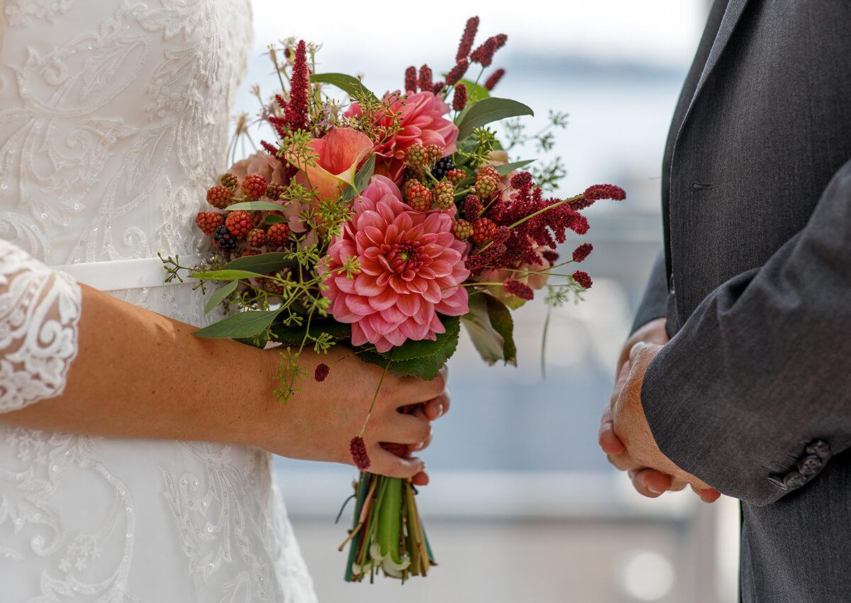 Bruid met trouwboeket in haar handen